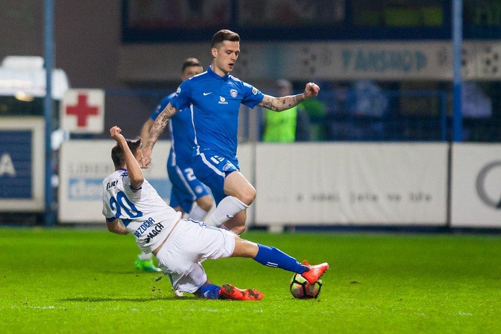 Zápas čtvrtfinále MOL Cupu mezi týmy FC Slovan Liberec a FC Fastav Zlín se odehrál 5. dubna na libereckém stadionu U Nisy. Na snímku zleva Lukáš Pazdera a Roman Potočný.