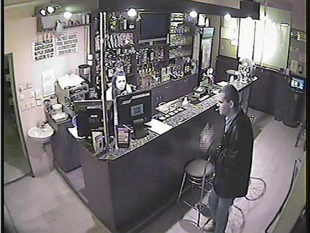 Hernu v Napajedlích přepadl v úterý 31. července nad ránem lupič. Jenom pár minut před ním tam byl i tento neznámý muž. Policie nyní pátrá po jeho totožnosti. Mohlo by se jednat o klíčového svědka.
