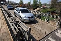 Kvůli výstavbě nového mostu v Tečovicích je doprava převedena na provizorní montovaný most.