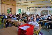 """První školní den letošního roku připadl na pondělí 4. září. Děti ze Základní školy Kvítková ve Zlíně usedly do lavic přesně v devět hodin ráno. """"Do školy jsme se těšili, hlavně za paní učitelkou,"""" shodovali se žáci ze 4.A."""