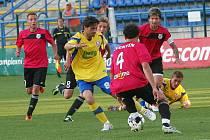 Druholigoví fotbalisté Tescomy Zlín podlehli ve 30. kole Znojmu. Roman Dobeš (ve žlutém) kličkuje před Zdeňkem Mičkou. Dotírají na něj Todor Yonov (kapitán), Jiří Zifčák (7) a Ondřej Sukup (8)