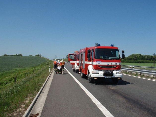 Únik oleje na rychlostní silnici R55 u Tlumačova na Otrokovicku.