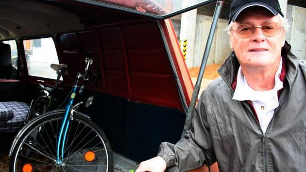 Pan Pavelec se rozloučil se svým vozem po osmi letech věrného přátelství.