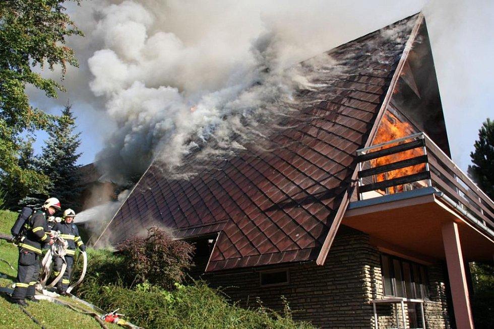 Rozsáhlý požár větší chaty v rekreační oblasti u Všeminy, při náročném zásahu se zranil jeden z hasičů.