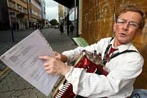 Harmonikář Gregorij Gronski hraje v ulici Rašínova ve Zlíně.