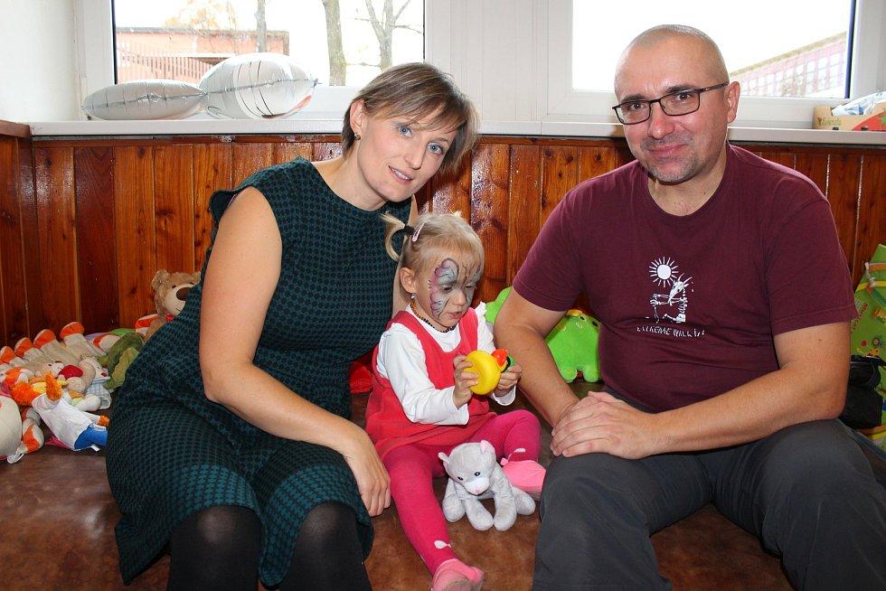Jitka Kretová a Michal Bartošek s dcerkou Rozárkou, která se narodila ve 25. týdnu. Vážila jen 670 gramů.