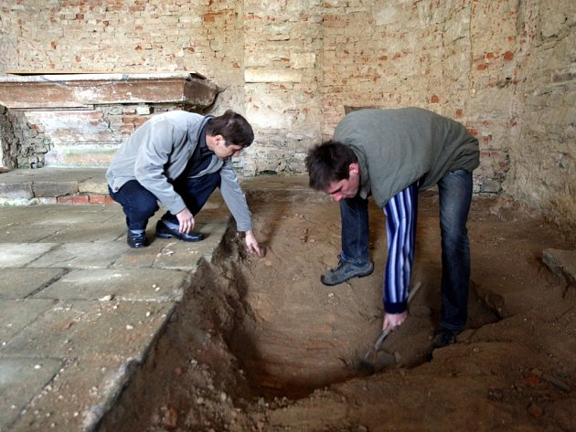 Odkrývání klenby ve starém poutním kostele v Stípě.  Na snímku zleva Miroslav Kašný a Ivan Čižmár.