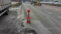 Už únor byl pro ně mimořádně náročný, teď silničáře v kraji pro změnu trápí opravy výtluků, protože silnice jsou po zimě pořádně poničené.