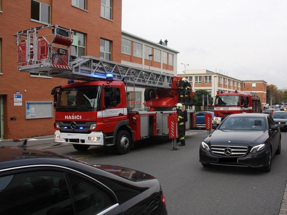 Cvičení hasičů v sídle krajské policie ve Zlíně.