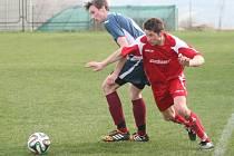 Fotbalisté Veselé doma nakonec udolali snaživého nováčka z Tlumačova (v modrém) 3:2 po penaltách.