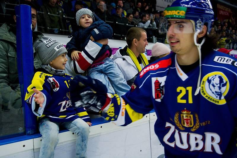 Hokejisté Přerova (v modrém) porazili v domácím derby Prostějov 4:3 po samostatných nájezdech. Robert Černý.