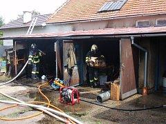 Požár se šířil ve vnitřní části hospodářských přístavků