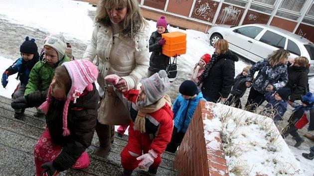 Požár v továrním areálu ve Zlíně si vynutil evakuaci mateřské školky.