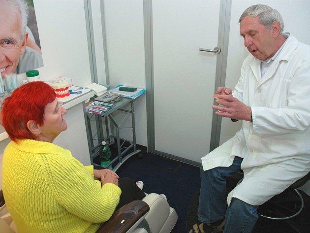Stomatolog radí, jak správně vyčistit zubní protézu.