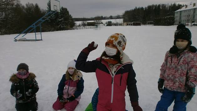 Děti ze školní družiny házely sněhovou koulí.