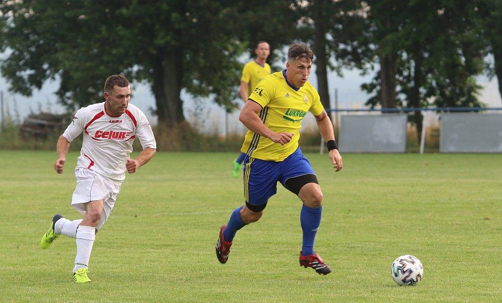 Fotbalisté Luhačovic (ve žlutých dresech) zvítězili na hřišti Sokola Veselá 4:3.