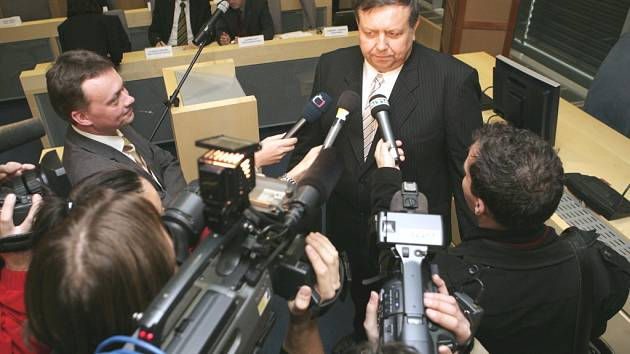 Nový hejtman Zlínského kraje Stanislav Mišák v obležení novinářů