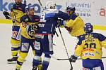 Extraligoví hokejisté Zlína (vš žlutém) v nedělním 26. kole doma hostili mistrovskou Kometu Brno. Na snímku rozepře Köhler - Nosek