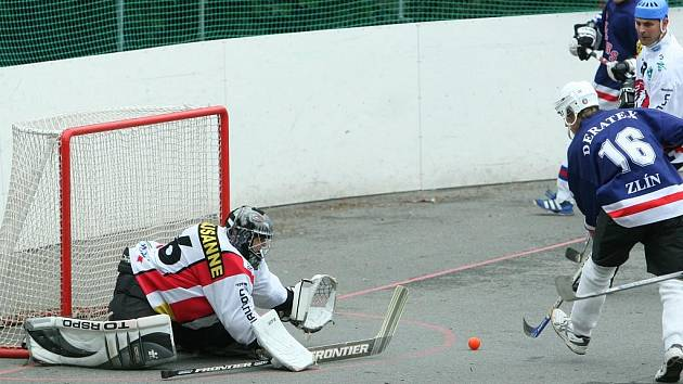 Hokejbalisté Rangers Zlín (v tmavém) porazili i ve třetím finálovém souboji malenovické tygry. Na snímku domácí gólman Mlčoch inaksuje jednu z osmi branek.