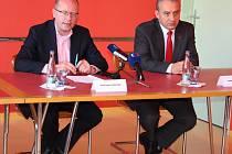 Na návštěvu do Zlínského kraje přijel v neděli 25. září 2016 premiér Bohuslav Sobotka (na snímku vlevo). Snímek je z nedělní tiskové konference ve zlínském mrakodrapu. (na snímku vpravo je předseda Českomoravské konfederace odborových svazů Josefa Středul