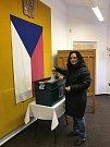 Mariana Polišenská ze Sazovic pochází ze Slovenska.  Nyní je z ní oficiálně obyvatelka České republiky,  v pátek 12. ledna 2018 si vyzvedla český občanský průkaz a mohla volit v prvním kole prezidentských voleb (na snímku). Naposledy volila v roce 1999 na