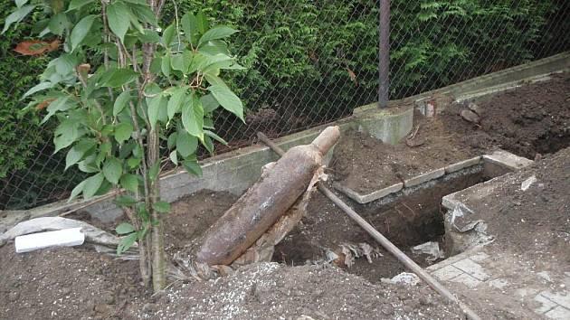 Nález tlakových lahví na plyn na zahradě ve Zlíně.