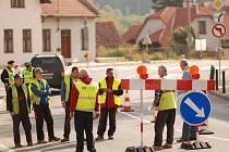 Silničáři mění dopravní značení kvůli změně přednosti v jízdě na křižovatce ve Vizovicích.