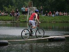 Ve Vlčkové se soutěžilo v přejíždění třiačtyřicet metrů dlouhé lávky na jízdním kole.