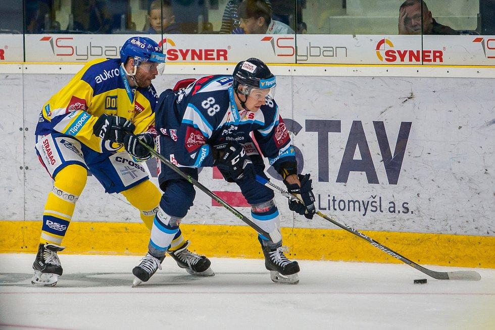 Utkání 3. kola Tipsport extraligy ledního hokeje se odehrálo 12. září v liberecké Home Credit areně. Utkaly se celky Bílí Tygři Liberec a Aukro Berani Zlín. Na snímku zleva Tomáš Žižka a Michal Bulíř.