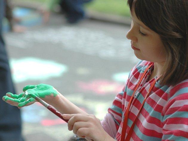 Nepoužívaná cesta V Napajedlích posloužila dětem jako malířské plátno.