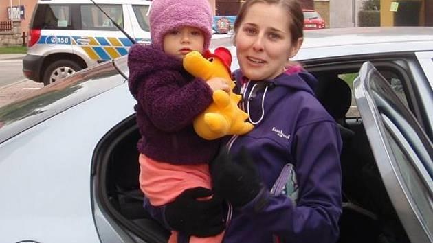 Dítě zamčené v autě vysvobodili hasiči.