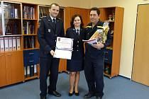 PODĚKOVÁNÍ. Zleva  ředitel krajských hasičů Vít Rušar, uprostřed Dagmar Sikmundová, ředitelka kanceláře ředitele, a profesionální hasič Jaromír Chmela.