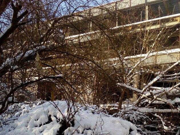 Chátrající ruina u pozlovické přehrady