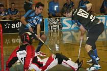 Florbaloví Panteři (v modrém) vyhráli také svůj třetí domácí duel, když po boji udolali pražský celek SSK Future 5:0.