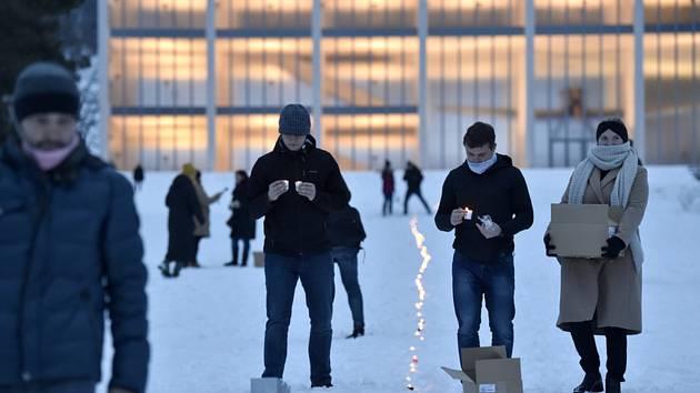 Lidé 19. ledna 2021 na Gahurově prospektu ve Zlíně pokládají svíčky do řetězu. Uctili tak odkaz Jana Palacha