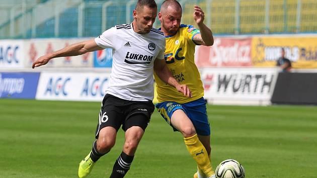 Zkušený slovenský fotbalista Róbert Matejov (v bílém dresu) při posledním venkovním utkání v Teplicích.