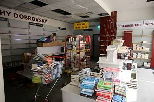 Uzavřené knihkupectví Dobrovský v obchodním domě ve Zlíně.