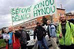 Výstražná stávka zaměstnanců před firmou Mitas ve Zlíně.