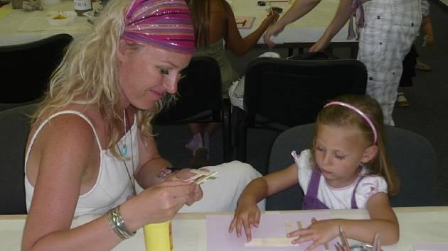 V minulé výtvarné dílně děti i dospělí tvořili vyřezávané malované obrázky.