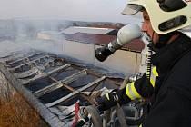 Požár velkokapacitního skladu na slámu ve Hvozdné, den druhý.