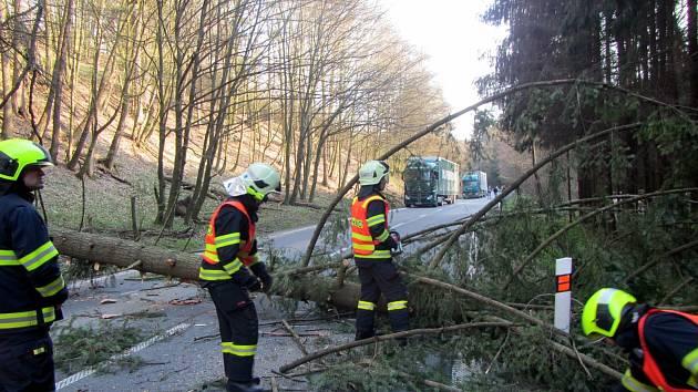 Silný vítr zaměstnává hasiče v celém Zlínském kraji