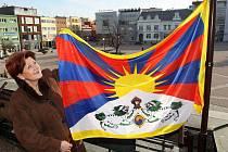 Letos počtrnácté zdobí zlínskou radnici tibetská vlajka. Modročervený prapor se zlatým sluncem vyvěšený 10. března připomíná výročí povstání Tibeťanů proti čínské okupaci, které vypuklo v Lhase v roce 1959.