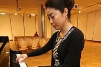 Klavíristka Kyoko Asaka v galerii Alternativa ve Zlíně.