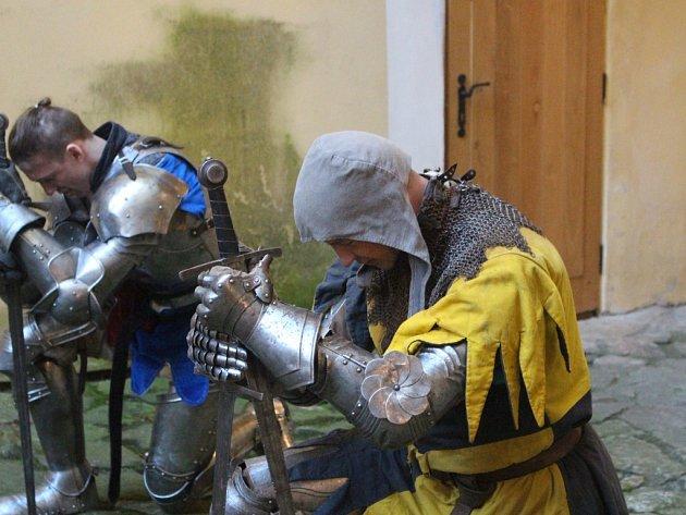 Noční prohlídky patří co do zájmu návštěvníků mezi nejnavštěvovanější akce na malenovickém hradu. I letošní ročník přilákal přibližně šest set zájemců. Po několika letech totiž nabídli pořadatelé nový a netradiční program.