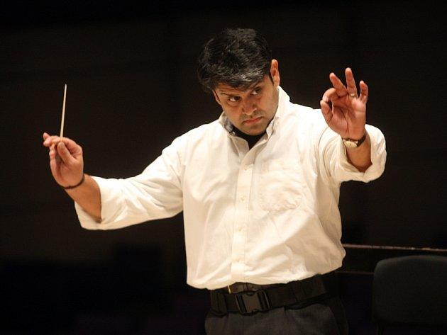 Dirigent Debashish Chaudhuri zkouší s filharmonií B. Martinů ve Zlíně.