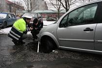V pondělí 16. února 2009 se na malenovickém náměstí propadla silnice. V díře uvízlo vozidlo Citroen.