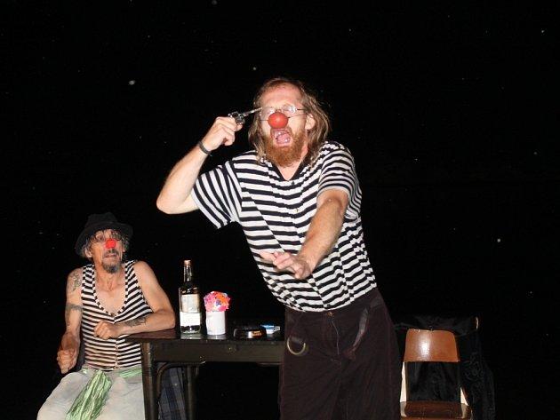 Balancování mezi životem a smrtí bylo jedním z hlavních námětů divadlení hry Ruská ruleta.