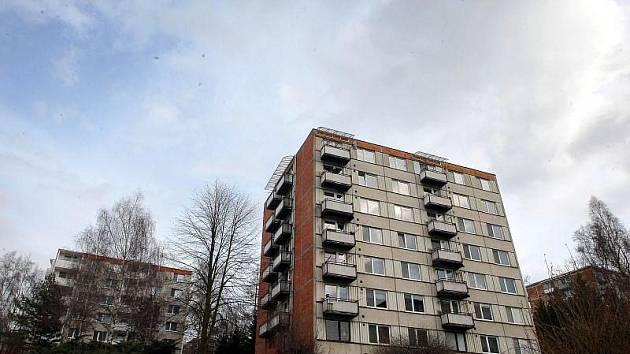 Rekonstrukce panelových domů vyžadují domluvu všech jejich nájemníků. Když se neshodnou, budovy nadále chátrají.