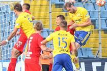 Fotbalisté Fastavu Zlín (ve žlutém) v pátečním 5. kole Fortuna:Ligy doma vyzvali Teplice.