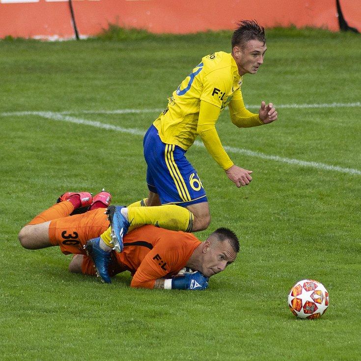 Zlín - Zápas skupiny o záchranu FORTUNA:LIGY mezi FC Fastav Zlín a SFC Opava. Vilém Fendrich (SFC Opava), Jakub Janetzký (FC Fastav Zlín).